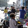 Famílias colocam pertences na rua no Pari após incêndio