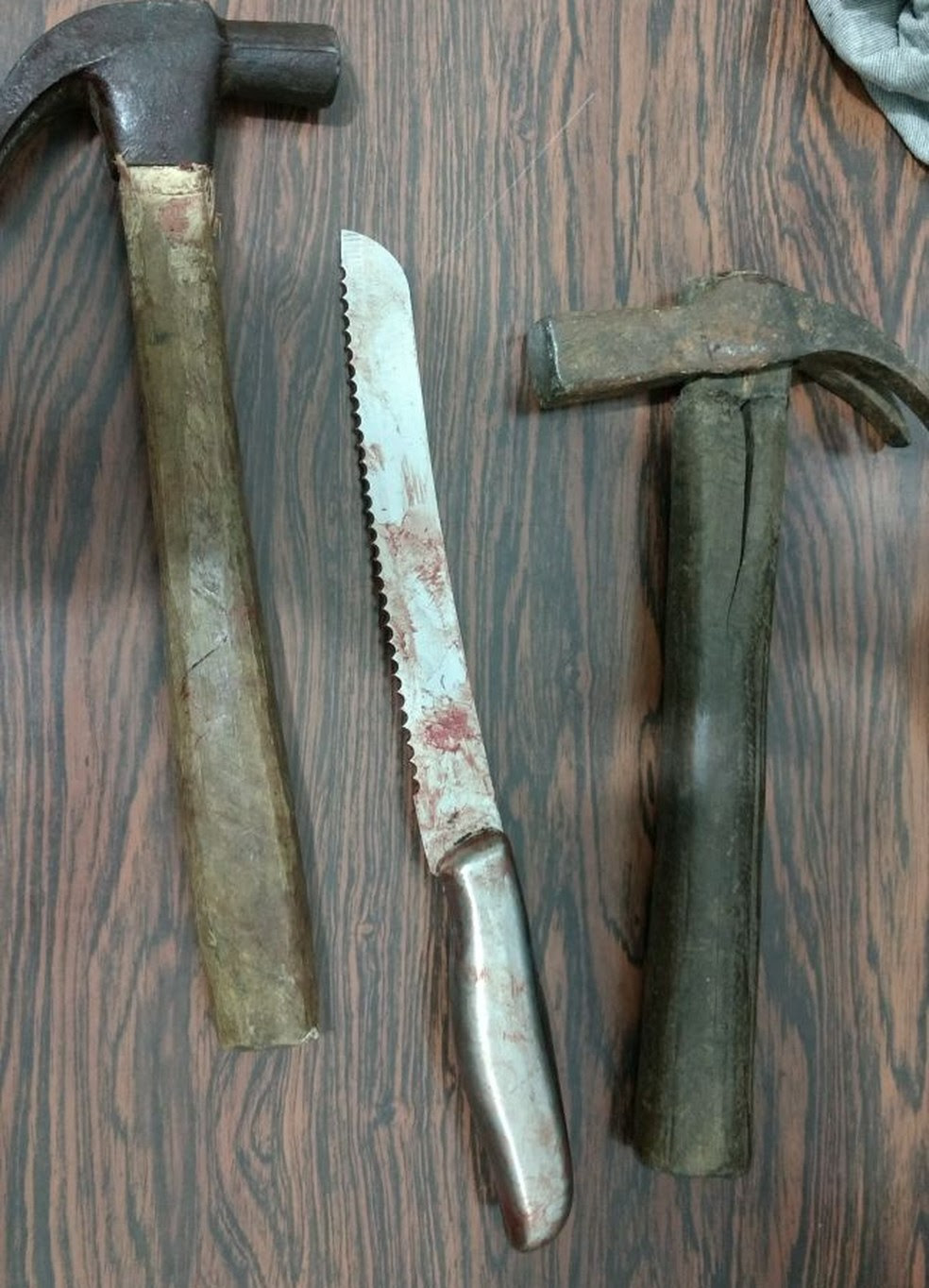Na casa foram apreendidos dois martelos e faca de pão com marcas de sangue (Foto: Polícia Civil/Divulgação)