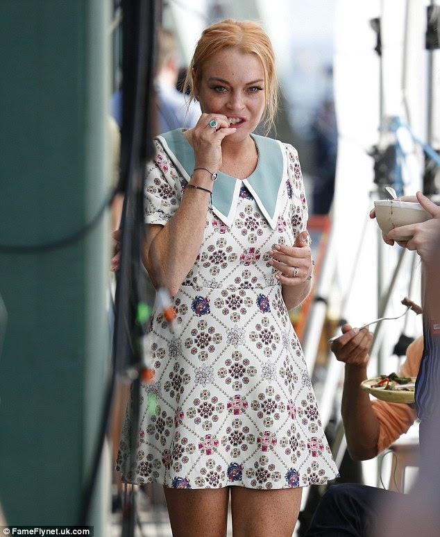 Yum!  Na quarta-feira Lindsay Lohan foi fotografada fora restaurante do Jamie Oliver no Pier Southend em Essex enquanto colocava nos frutos de seu trabalho