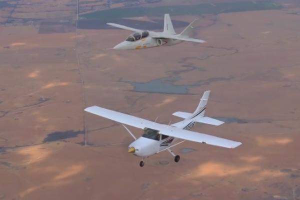 Scorpion demuestra al lado de un Cessna 182 de sus grandes cualidades de vuelo a baja velocidad.