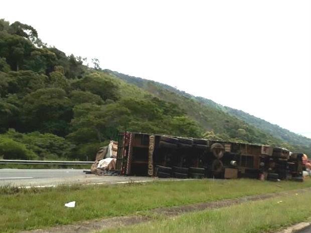 Carreta e carro batem e interditam rodovia Dom Pedro em Igaratá (Foto: Nicole Melhado/TV Vanguarda)