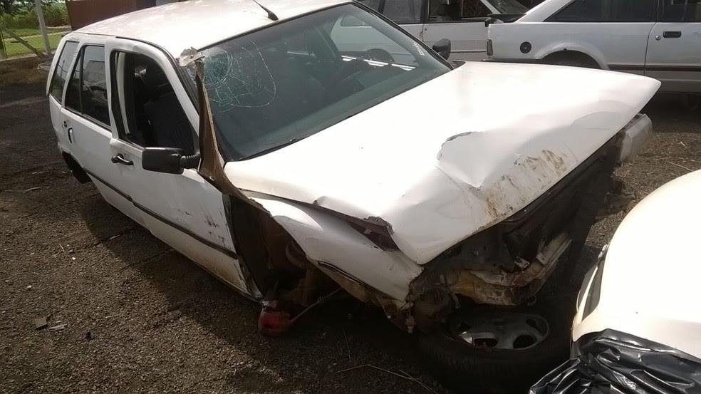 Carro batido foi levado para o pátio do posto da Polícia Rodoviária Estadual (Foto: PRE/Divulgação)