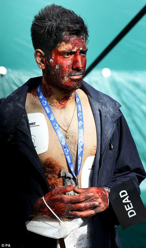 Ένας εθελοντής παίζει το ρόλο του «νεκρού» θύμα καταστροφής