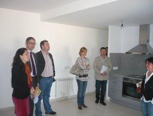 Els tres responsables polítics, amb altres membres, en un dels pisos. Foto: A.V.