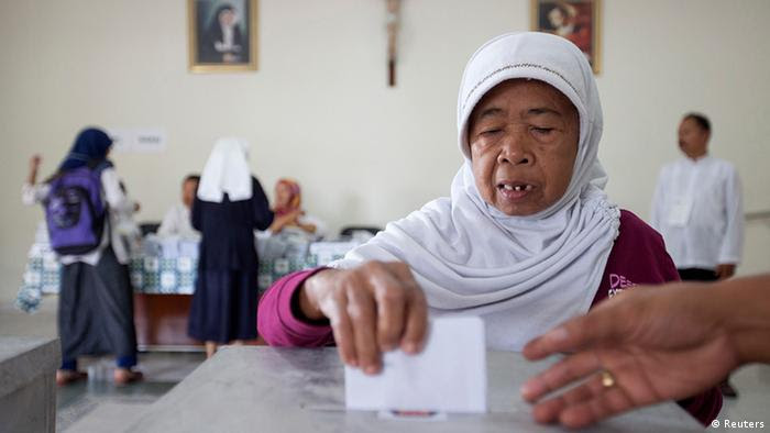 Indonesien Wahlen Parlamentswahlen Wahllokal in Jakarta (Reuters)