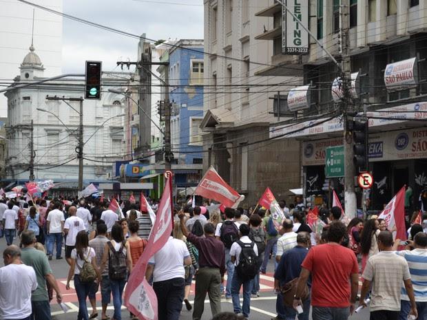 Manifestação se concentrou na avenida Princesa Isabel que seguiu para o Palácio Anchieta (Foto: Viviane Machado/ G1 ES)