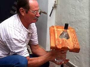 Lâmpadas de garrafas pet ganharam o mundo (Foto: Graziela Christina/G1)