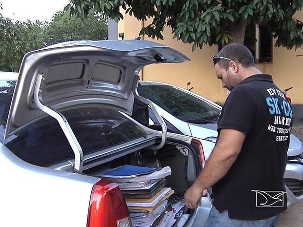 Pilha de documentos estava no porta-malas de carro da secretária (Foto: Reprodução / TV Mirante)