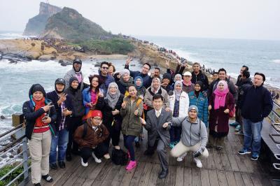 巫宗霖(中著西裝者)帶領馬國的媒體考察團走遊台灣。(巫宗霖提供)