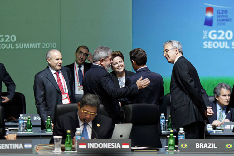 Presidente Lula e a presidenta eleita Dilma Rousseff conversam com o presidente da França, Nicolas Sarkozy, durante encontro do G-20