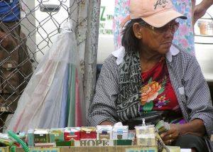 Vendedora de rua em Manila oferece maços com 20 cigarros por menos de um dólar. Foto: Kara Santos/IPS