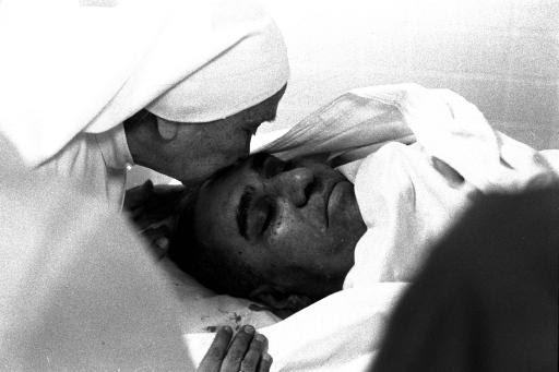 Una monja besa en la frente a Monseñor Romero, asesinado en San Salvador el 25 de marzo de 1980. Foto: AP Photo/Eduardo Vazquez Becker