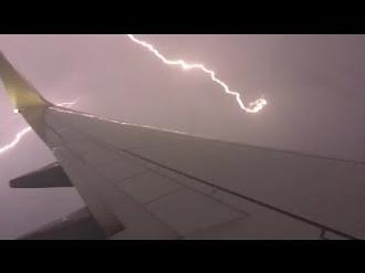 Pasajero Filma Rayo desde Avión / Passenger Films Lightning During Flight