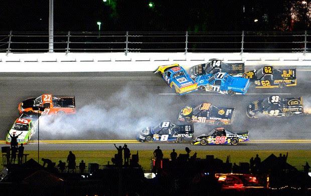 acidente no NASCAR Truck Series em Daytona (Foto: AP)