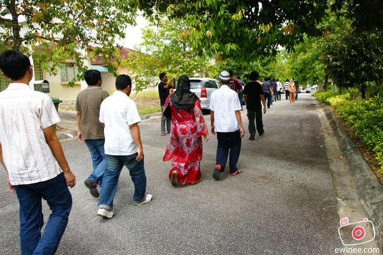 Hari-Raya-walking-in