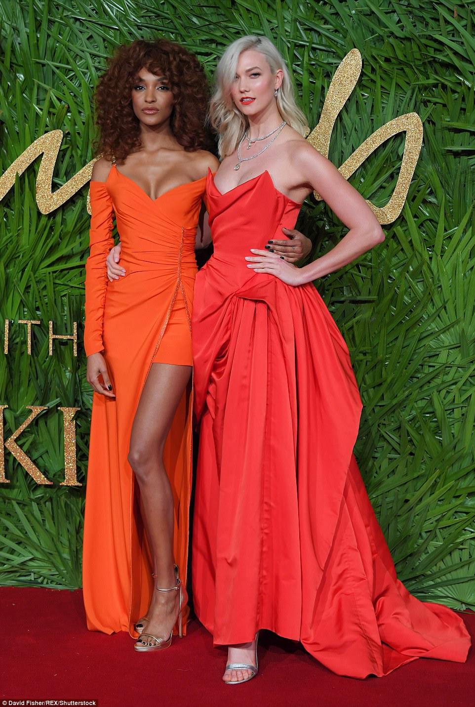 Amigos glamourosos: Karlie esfregou os ombros com a bela Jordan Dunn que passou suas pernas infinitas no vestido de fenda da coxa
