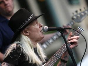 O cantor e guitarrista de blues Johnny Winter, em foto de 19 de junho de 2009 (Foto: Bob Rossiter/AP)