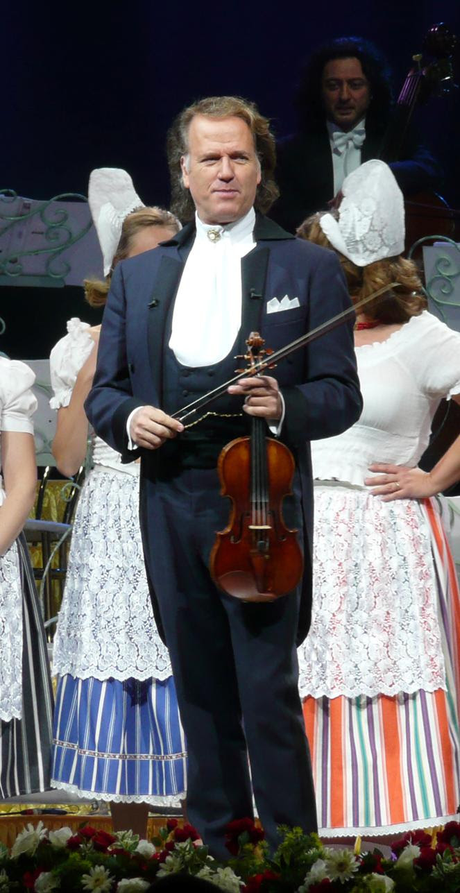 https://upload.wikimedia.org/wikipedia/commons/d/d6/Andre_Rieu_2009.jpg