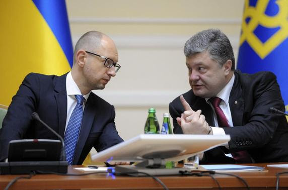 Ukrainian President Petro Poroshenko (R) talks with Prime Minister Arseny Yatseniuk during a government meeting in Kiev, September 10, 2014. REUTERS-Andrew Kravchenko-Pool