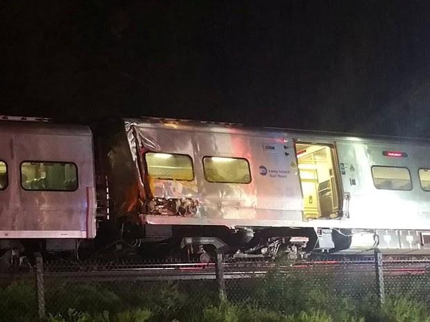 Trem descarrila em Long Island, NY, na noite de sábado (8) (Foto: Sarah Qamar/Handout via REUTERS)