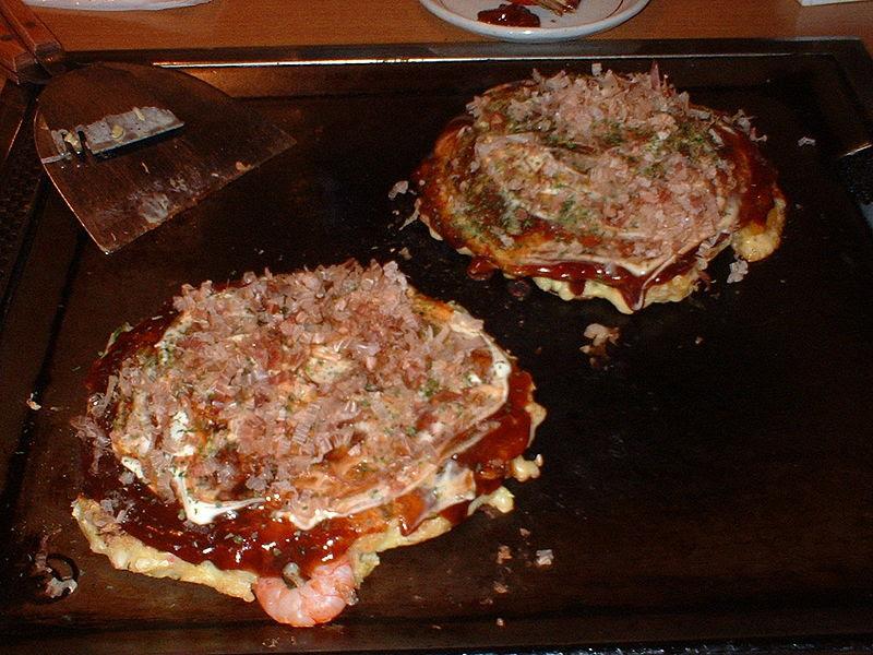 Ficheiro:Okonomiyaki - shrimp and cheese okonomiyaki.jpg