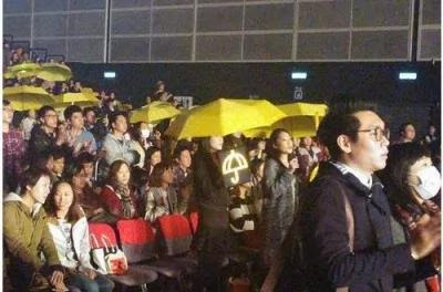台下观众撑伞大声合唱附和。(图撷自《热血时报》)