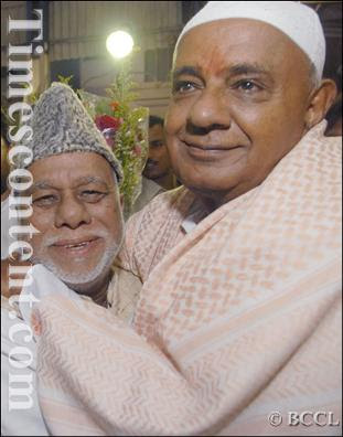 JD (S) supremo H D Deve Gowda hugging Congress senior leader C K Jaffer Sherif during the Iftar party, hosted by H D Deve Gowda for Muslim community as a part of Ramzan festival in Bangalore on October 8, 2007.