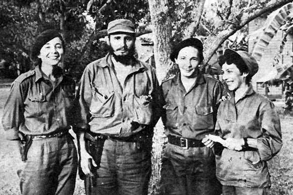 Celia Sánchez junto a Raúl, Fidel y Vilma.