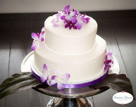 PLUMERIA FLOWERS ON A WEDDING CAKE     . The flowers