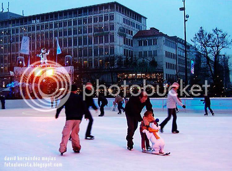 Gente patinando en Munich, Alemania, en una pista al aire libre en época navideña