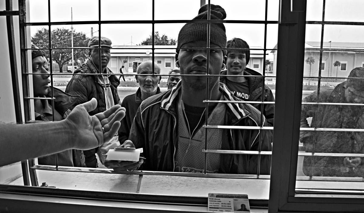 Cola para comprar tabaco en el Hub de Crotone, en Calabria (Italia).