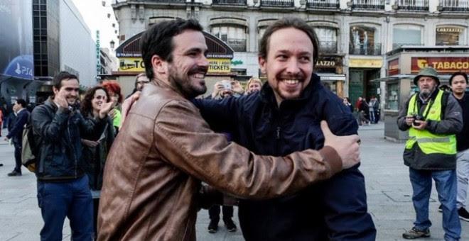 Fotografia colgada por Izquierda Unida en la red social Twitter de los lideres de Podemos Pablo Iglesias y Alberto Garzón tras alcanzar un acuerdo para la confluencia. / EFE