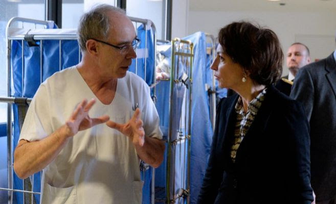 Un médico hablando con la ministra francesa de Sanidad
