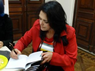 A artista plástica, colunista cultural, professora e escritora Katia Velo, autografando a coletânea.