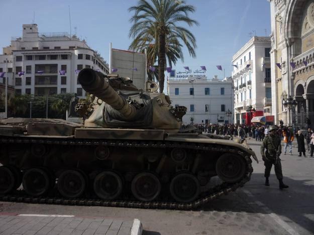 Ejército controlando en el bulevar Bourghiba, en Túnez