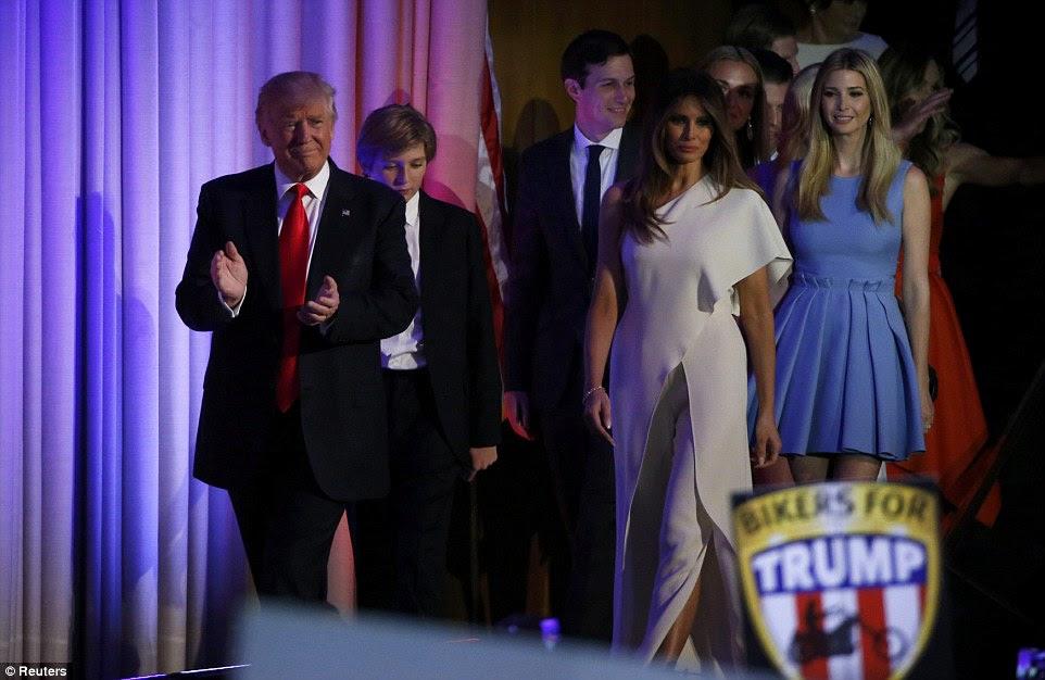 Parafe vitória: Trump andou sobre ao palco com sua esposa Melania ao seu lado, seu filho Barron, e imediatamente atrás deles filha Ivanka e seu marido Jared Kushner