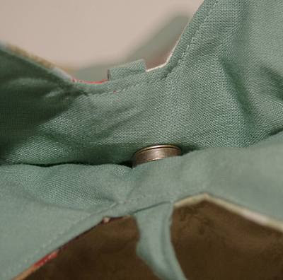photo showing a magnetic clasp inside a bag