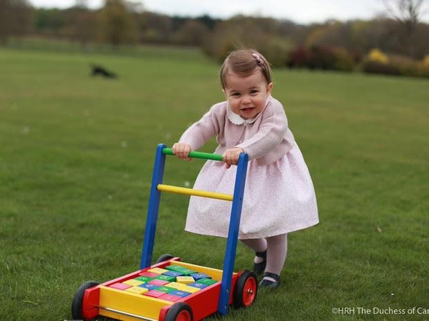 Princesa Charlotte é a quarta na linha de sucessão do trono britânico (Foto: Reprodução/ Twitter Kensington Palace)