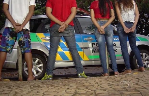 Menores capotam carro roubado e são apreendidos, em Goiânia Goiás (Foto: Reprodução/TV Anhanguera)