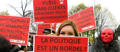 La protesta delle «lucciole» a Parigi contro il progetto di legge sulla prostituzione che prevede pesanti sanzioni per i clienti (foto Ansa)