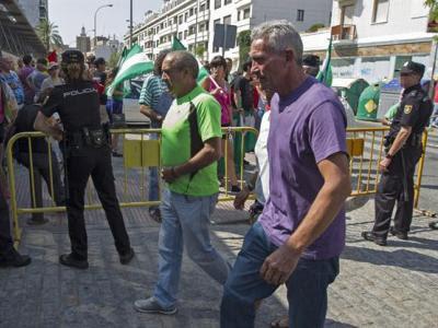 Diego Cañamero, a la dcha., el pasado martes en Sevilla, donde reclamó el Banco de Tierras/Efe
