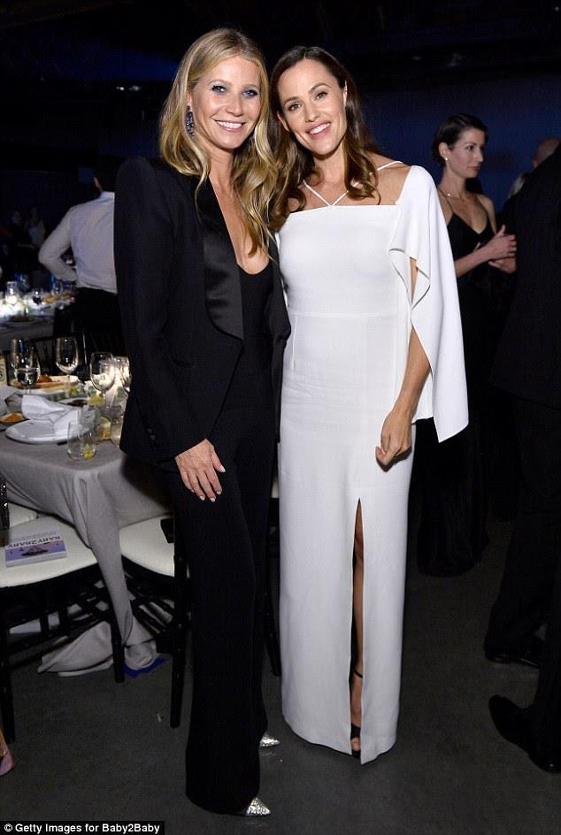 A-list: mantendo a aparência intemporalmente elegante, Gwyneth emparelhou o seu topinho com calças pretas de cintura alta que enfatizaram suas pernas esbeltas enquanto ela colocava com a vencedora de Giving Tree, do ano passado, Jennifer Garner, 45