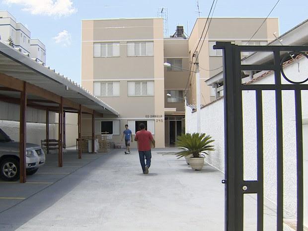 Desalojadas há um ano, famílias de Taubaté recebem imóvel sem energia (Foto: Reprodução/TV Vanguarda)
