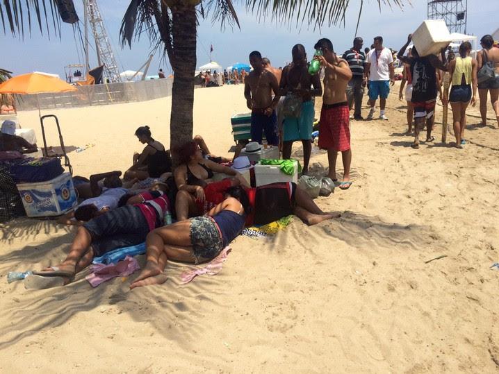 Grupo se refugia embaixo de coqueiro