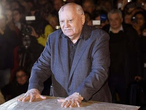 Gorbachev deixa as marcas de suas mãos em placa de cimento no Checkpoint Charlie, em Berlim, nesta sexta-feira (7) (Foto: AFP PHOTO / ODD ANDERSEN)