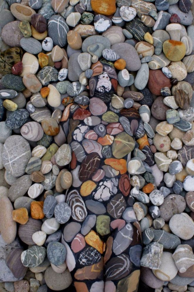 chica entre piedras