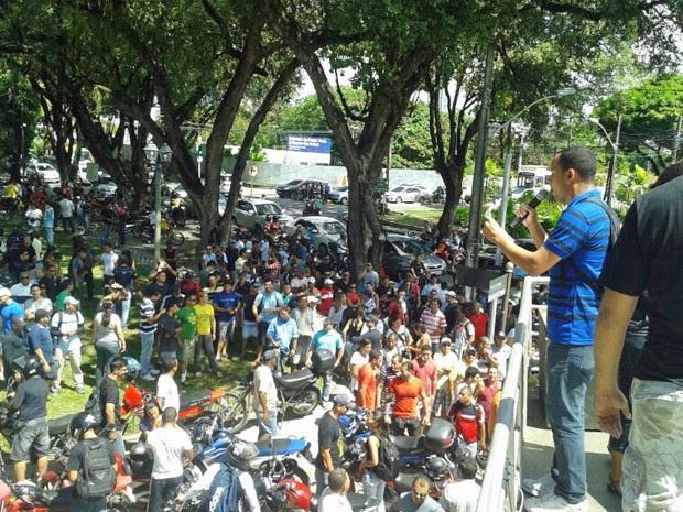 Manifestantes saíram da Praça do Derby em direção ao Palácio do Governo (Foto: Vitor Tavares/G1)