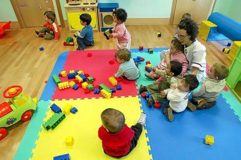 Varios niños con una cuidadora en una guardería.| Foto: Ical