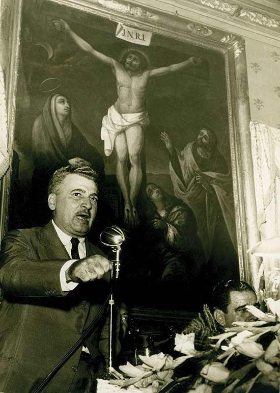 """O escritor Jorge Amado discursa na comemoração dos trinta anos de """"O País do Carnaval"""", na Câmara de Vereadores de Salvador, em 1961"""