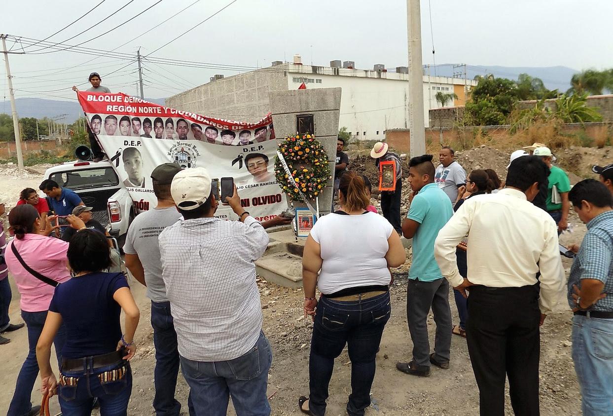 Resultado de imagen para Detienen en Guerrero a 12 normalistas de Ayotzinapa; padres denuncian acoso en CDMX